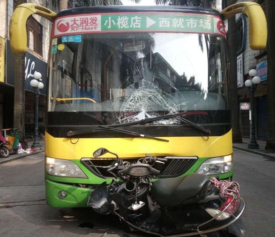 【小榄】16岁少年开摩托 一头撞碎公交车挡风玻璃