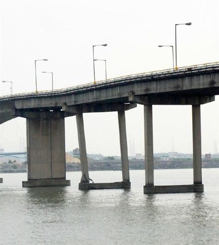�r,_实拍中山洪奇沥大桥封闭现场,桥墩及支撑桥梁的混凝土