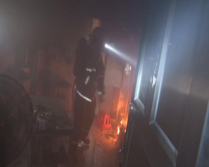 【小榄】消防在着火出租屋内救出17人,包括小孩、孕妇、老人,还有一条狗!