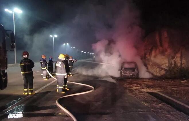 真实版荒野求生!中山小车在珠海撞山爆炸引起山火,司机生死不明?