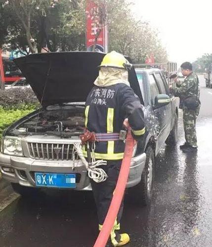 【南头】小车满载塑料突冒烟 咋回事?