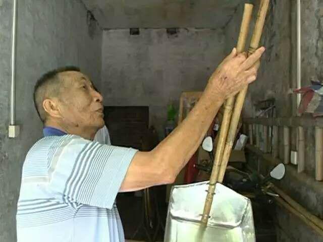 【港口】一8旬老伯,自掏腰包制作了200个垃圾铲,却免费送街坊!