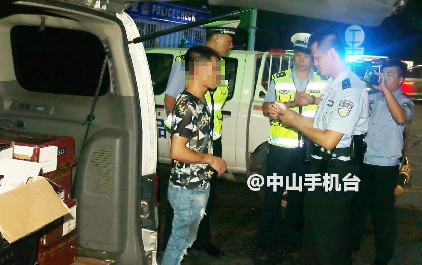 他开夜车走私250余支洋酒,还塞钱想贿赂中山交警!