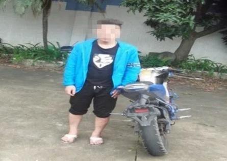 他穿拖鞋无证大街上狂飙无牌摩托车,直到遇上中山交警