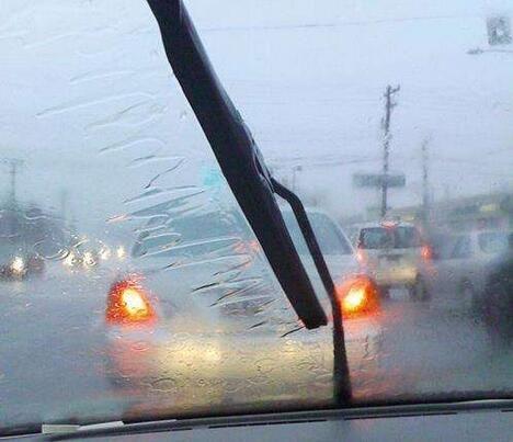 就在中山附近!大暴雨的高速上,行车记录仪记录这奇葩一幕......