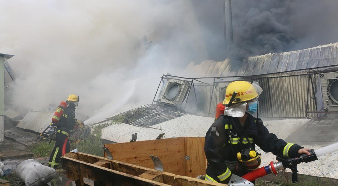 东区一工厂突发大火,情况危急到要出动挖掘机!