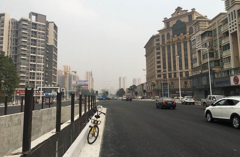 康华路今天完成底层沥青铺设!距离全线通车已不到240小时!