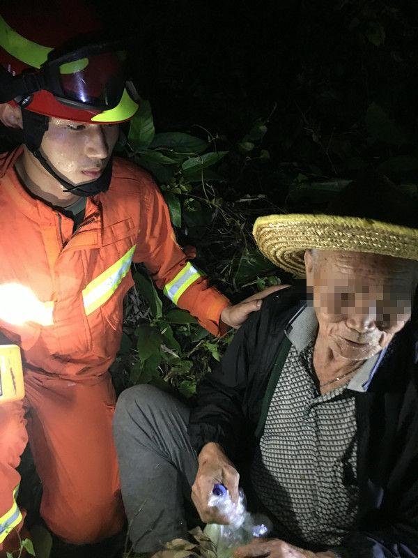 84岁老人上山采药失踪6小时,消防上山搜救