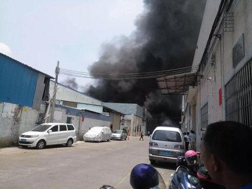 东凤电子城附近一厂房起火,现场4辆消防车到场扑救!