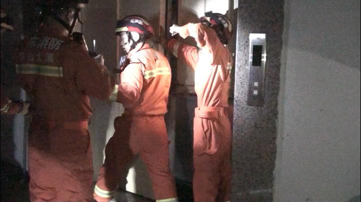 【大涌】也是心大!被困电梯半小时才想起报警……想看营救现场?上视频!
