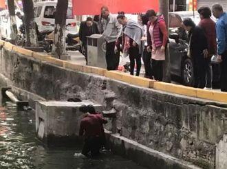 【古镇】10℃!他跳入河中却收获满满点赞,所为何事?