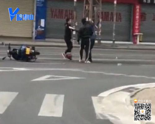 【V眼中山】两男子当街打人 竟因摩托车刮碰