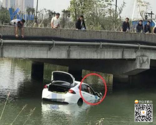 【V眼中山】古镇有小车飞落河!车上的人不断挣扎,快沉下去时...
