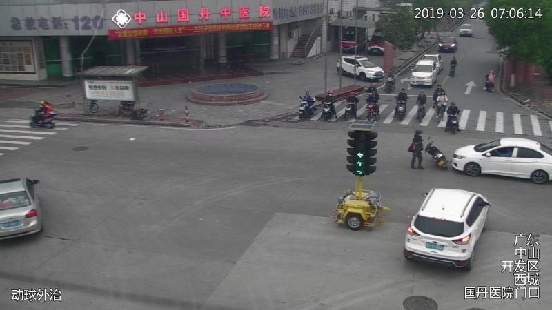 男子冲红灯,撞倒摩托车不道歉就走!