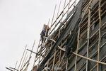 男子情绪激动爬上屋顶围栏 情况紧急 到底所为何事?