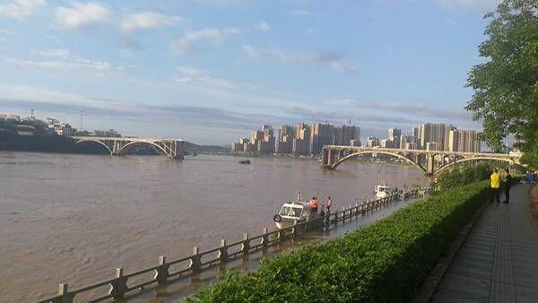 河源市区紫金桥中间2?#21331;?#22604;,有2辆小车落水,已救起1人