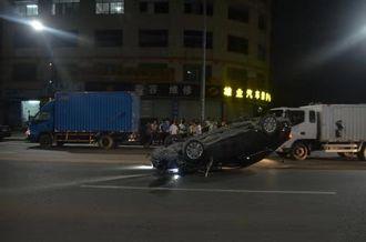 """车子被撞得""""四脚朝天"""",驾驶员弃车逃离,啥情况?"""