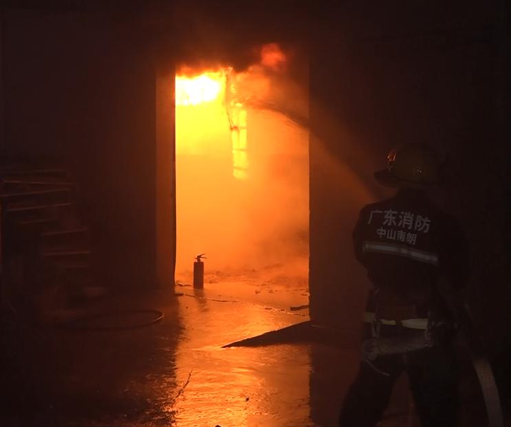 【南朗】半夜火光四起,中山消防緊急出動3輛消防車、15名消防員...
