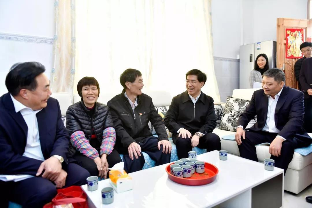 暖!佳节前夕,泽华书记伟汉市长慰问群众和企业,送上新春祝福!
