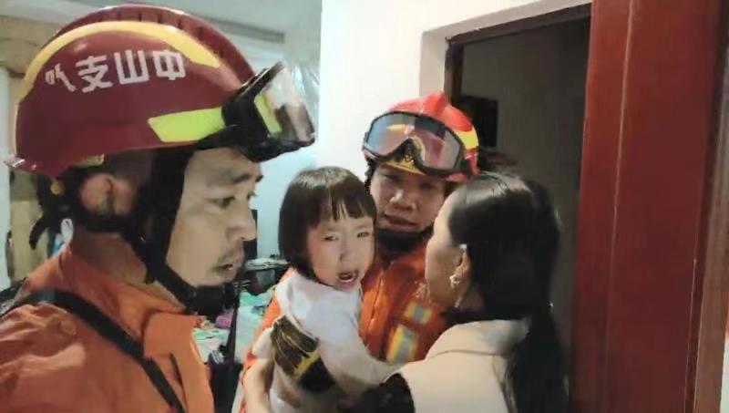 【古鎮】2歲幼兒反鎖臥室大哭,中山消防員30秒破鎖救孩子