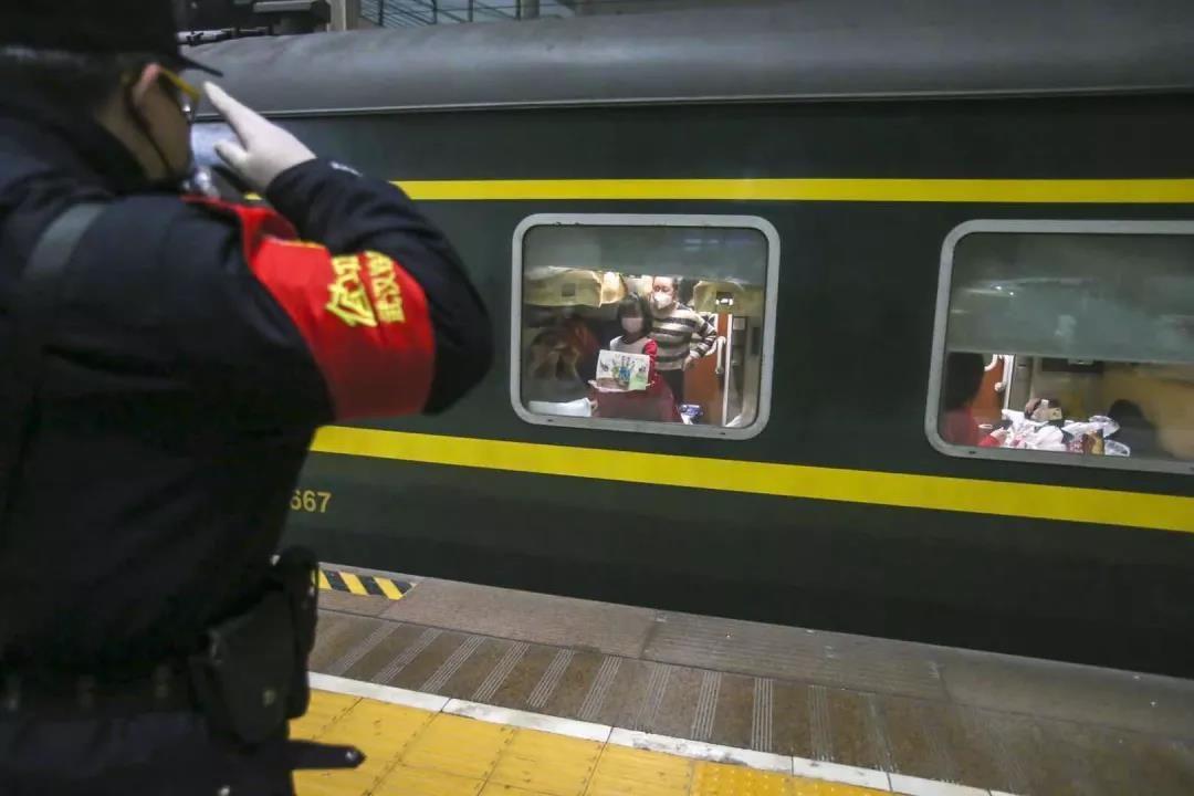 列車經停武漢時,鐵警向中山這位8歲的女孩敬禮!看哭了,央視也播了