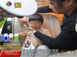 安全带或勒颈 儿童乘车需小心