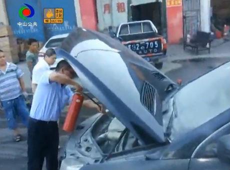 赞!小车路边突发自燃 公交司机乘务员合力施救