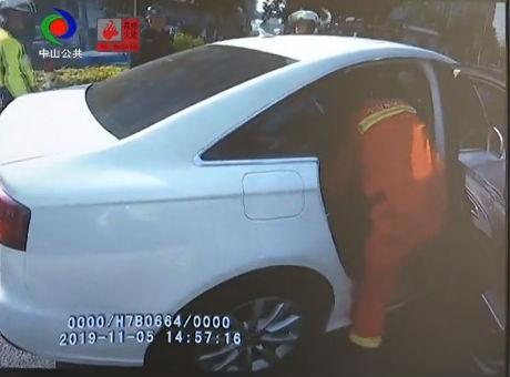 視頻丨危險!醉酒司機快車道停車呼呼大睡
