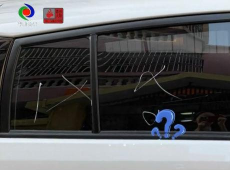 视频丨中山出现神秘老人!每天用粉笔画花路边小车,还在车上堆垃圾……