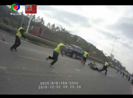 視頻丨摩托車拒檢沖卡  鐵騎隊員被撞倒