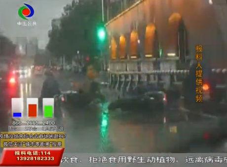 城市零距離| 痛!下雨天 多輛車在員峰橋打滑摔倒